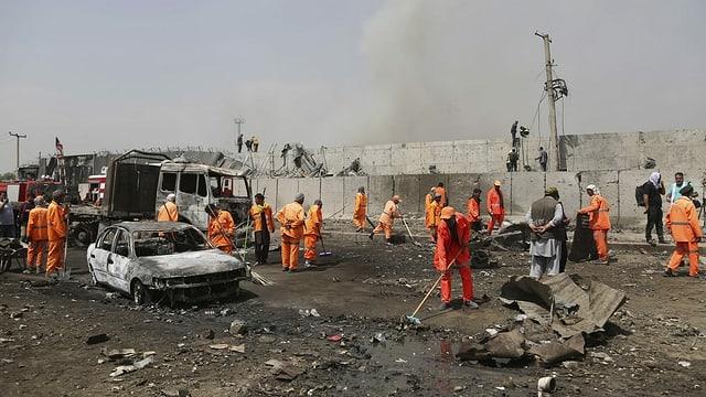 Helfer räumen die Strasse nach einem Anschlag in Kabul.