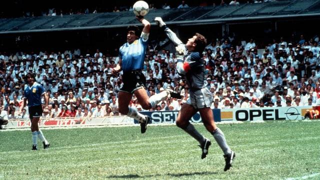 Maradona erzielt gegen England an der WM 1986 ein irreguläres Tor.