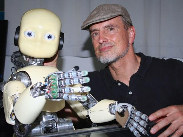Jürgen Schmidhuber mit einem Roboter.
