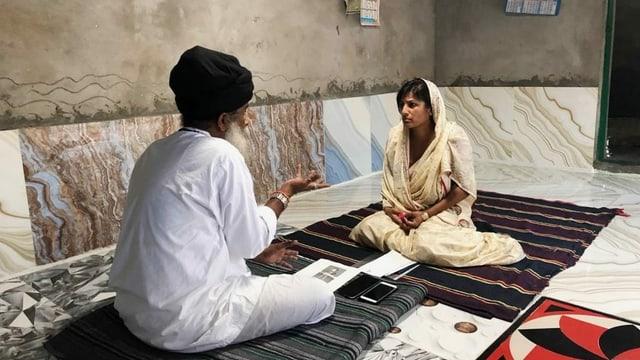 Sairah Benz bei einem Guru in Indien.