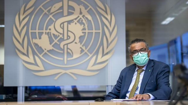 Tedros Ghebreyesus vor dem WHO-Logo.