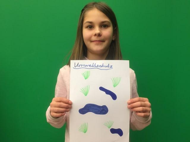 """Svenja mit ihrem Plakat """"Ja zum Umweltschutz"""""""