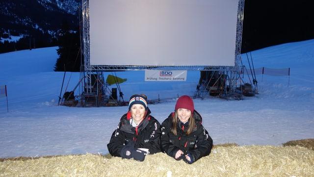 Seraina Schöb (sanestra) ed Andrea Beerli da la Lai Marketing Support SA, las responsablas dals dis da kino en la naiv.