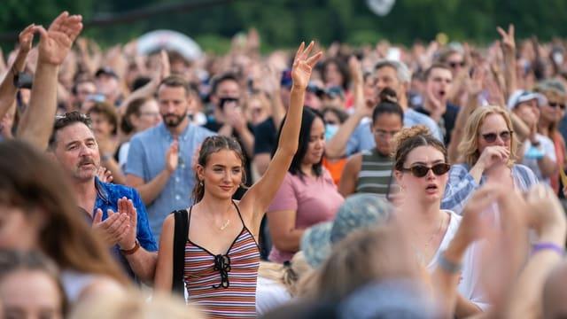 Blick in die Zuschauermenge vor der Bühne.