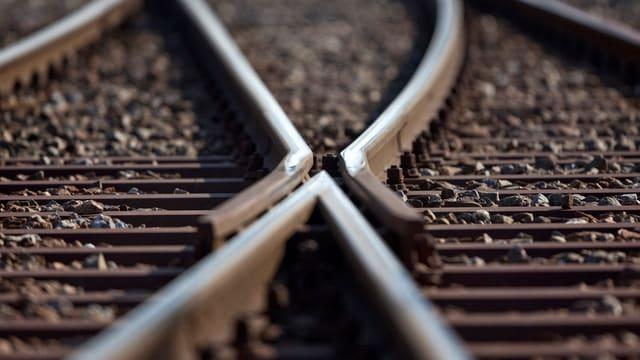 Zwei Gleise treffen bei einer Weiche aufeinander