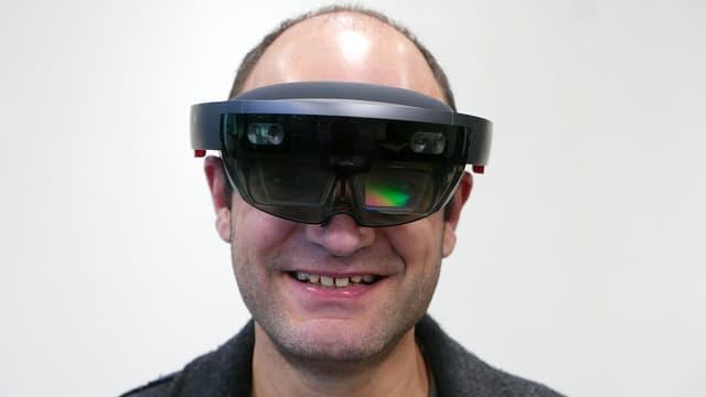 SRf Digital-Redaktor Reto Widmer mit einer Hololens-Brille.