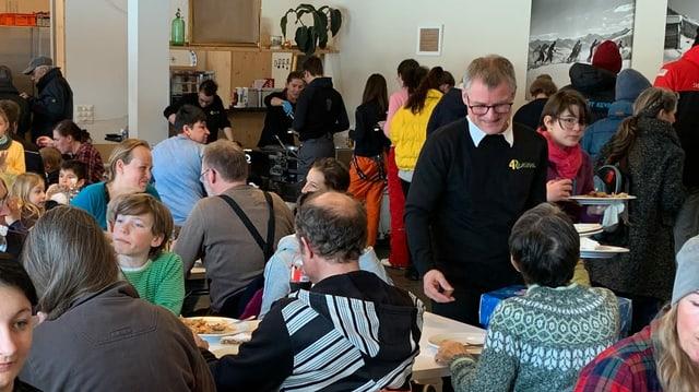 Leute essen an Tischen