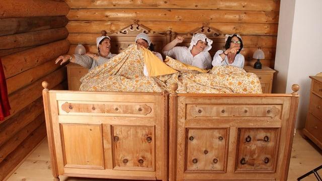 Die vier Jodlerinnen stellen eine Alptraum-Szene dar. Sie liegen auf zwei wuchtigen Holzbetten und tragen altertümliche Nachthemden.