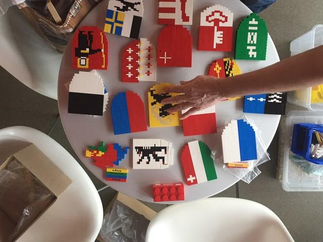 Das Bild zeigt Lego-Wappen.