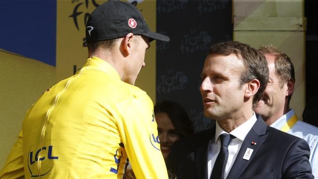 Gesamtleader Chris Froome im Gespräch mit Emmanuel Macron.