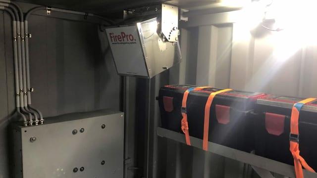 Im Innern des Containers wird das verunfallte Auto von einer feuersicheren Hightech-Anlage überwacht.