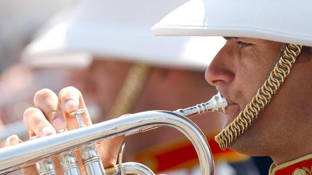 Ein Trompeter der Blasmusikformation «Band of Her Majesty's Royal Marines» in Nahaufnahme.