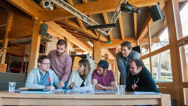René Epp, Franco Curschellas, Irina e Pirmin Monn, Gian Derungs e Renato Curschellas discuteschan la renovaziun.