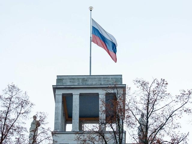 Die Russische Flagge über einem Bauwerk