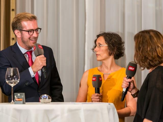 Ein Mann und eine Frau mit Mikrofon