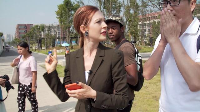 Reporterin Martina Fuchs bei der Arbeit