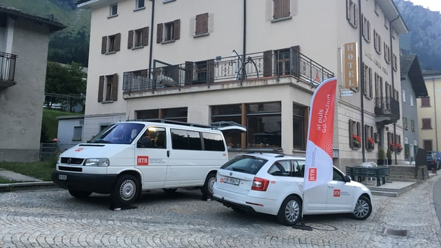 Il bus ed auto da RTR avant il hotel Stampa.
