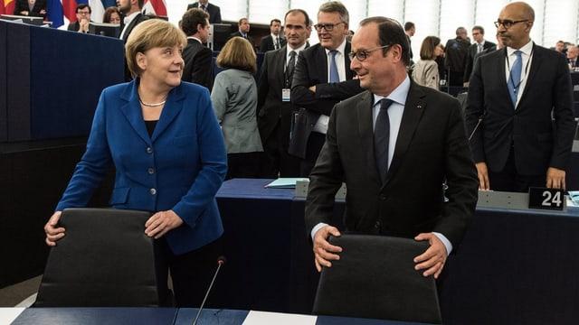 Angela Merkel und François Hollande stehen nebeneinander im EU-Parlament.