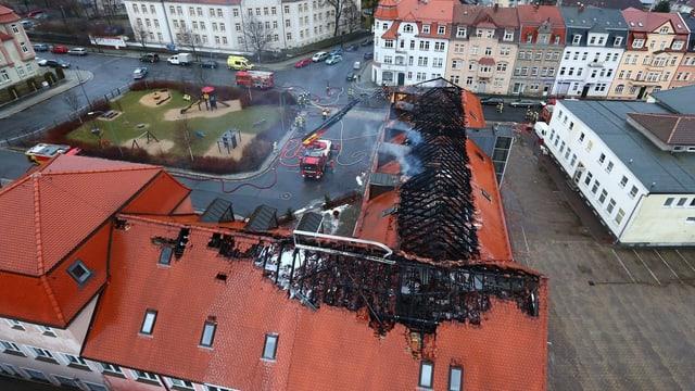 Ausgebrannter Dachstock einer Flüchtlingsunterkunft.