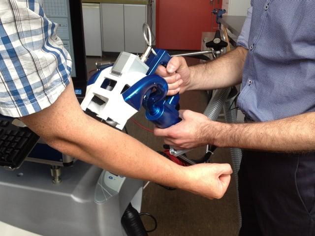 Messgerät wird auf einen Arm gehalten.