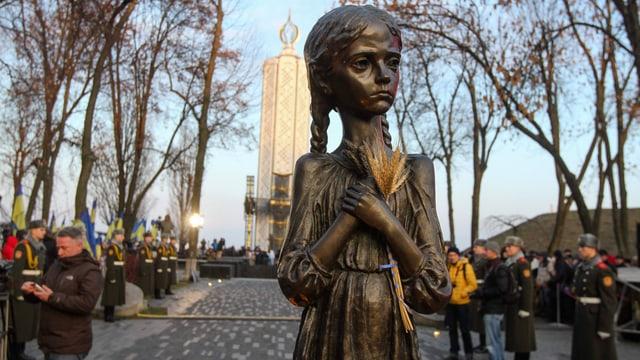 Bronze eines mageren Mädchens mit Ähren im Arm