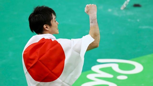 Der Japaner Kohei Uchimura sichert sich im Mehrkampf-Final ganz knapp die Goldmedaille.