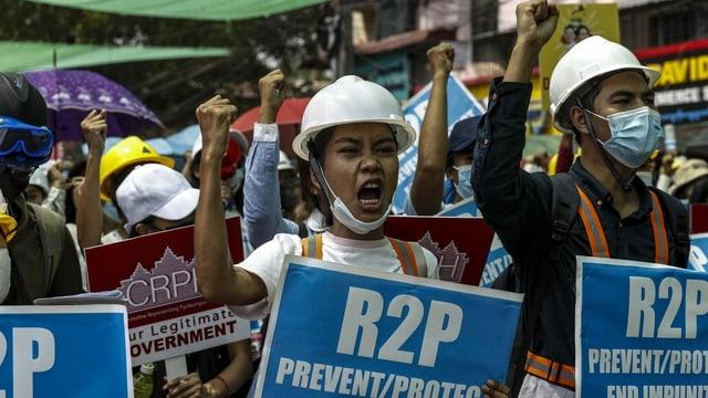 Protestierende am Samstag in einem Aussenbezirk von Yangon.