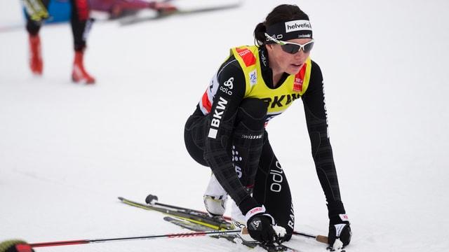 Nathalie von Siebenthal kniet im Ziel am Boden.
