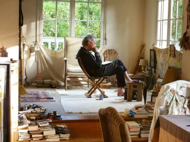 Schrifsteller Peter Handke lesen in seinem haus bei Paris.