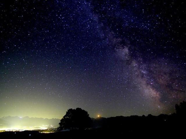 Sternenhimmel und die Lichter der Stadt.
