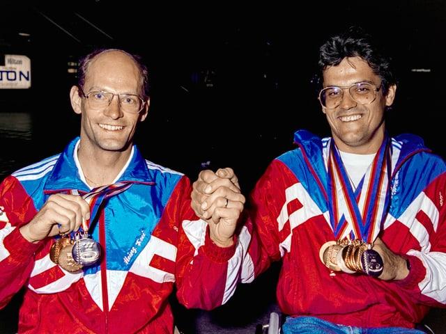 Frei und Nietlispach zeigen gemeinsam ihre Medaillen