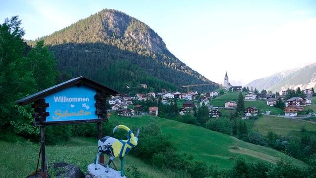 Das Bergdorf an einem Sommerabend, aus der Distanz fotografiert.