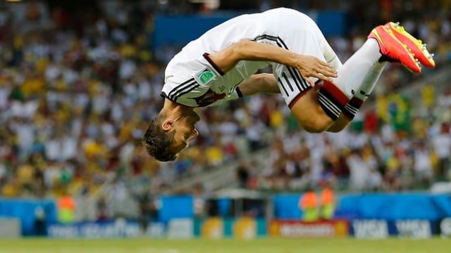 Miroslav Klose schlägt einen Salto