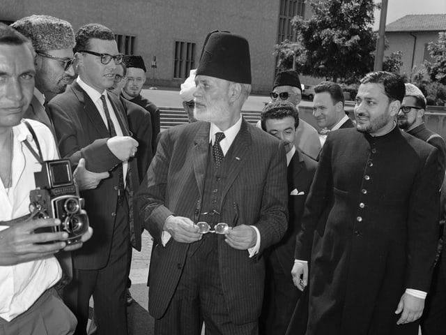 Schwarz-weiss Bild mit UNO-Generalsekretär Muhammad Zafrulla Khan und Journalisten.