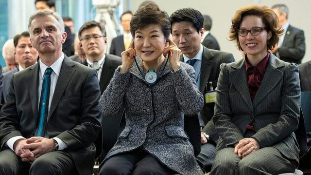 Bundespräsident Didier Burkhalter und dessen Ehegattin. In der Mitte: die südkoreanische Präsidentin.