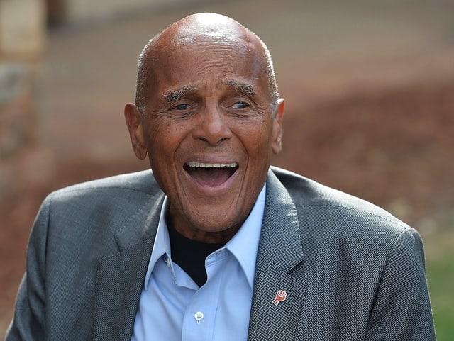 Porträt eines lachenden Harry Belafonte.
