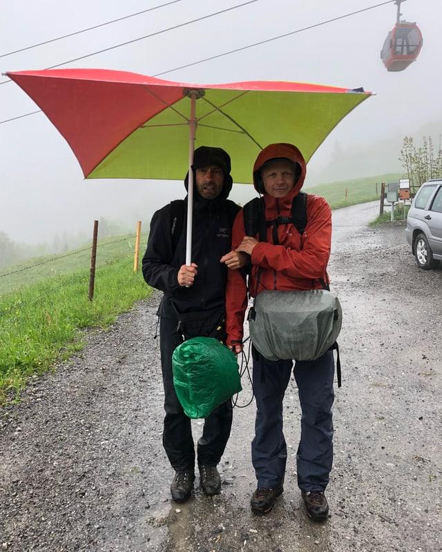 Pierre und René unter dem Schirm.
