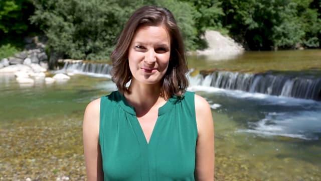 Moderatorin Monika Erni vor einem Fluss.