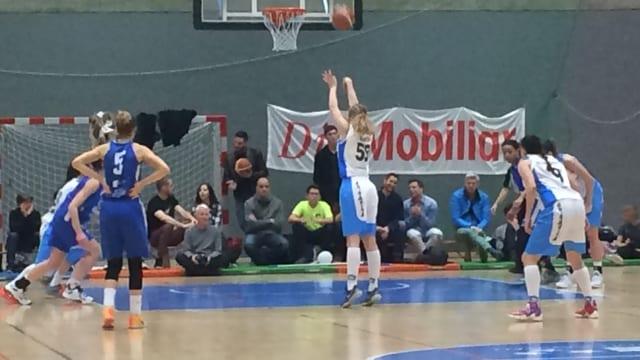 Die Basketballerinnen in Aktion. Beide Teams tragen blau.