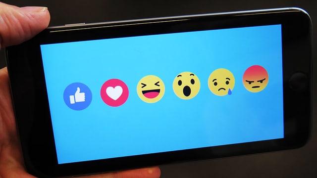 Ein Handybildschirm mit Facebooksymbolen.