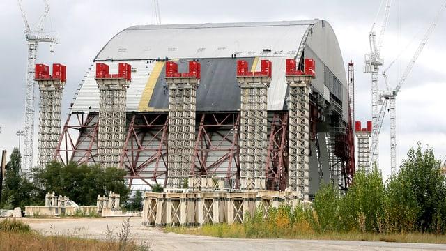 Ein halbfertiges Dach über dem explodierten Kernreaktor in Tschernobyl.