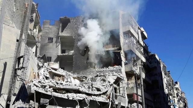 Zu sehen ist ein zerstörtes Gebäude in Aleppo.