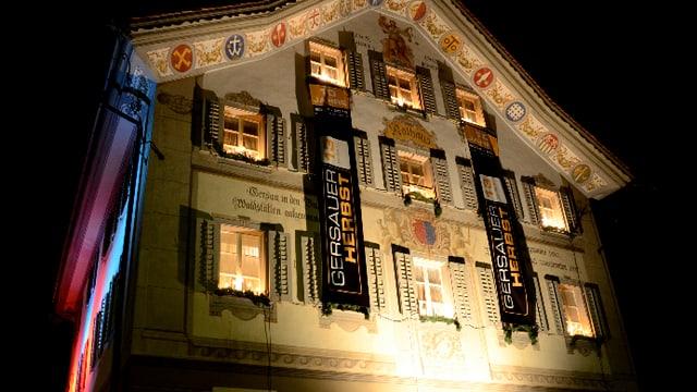 Das alte Rathaus von Gersau mit festlicher Beleuchtung.