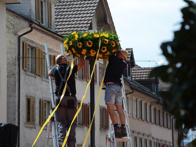 Auch Strassenlampen werden dekoriert.