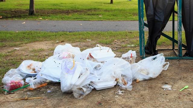 Abfall in Plastiksäcken am Boden