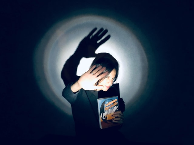 Annette König wird von einer starken Lichtquelle geblendet. In der Hand hält sie den neuen Roman «Quichotte» von Salman Rushdie.