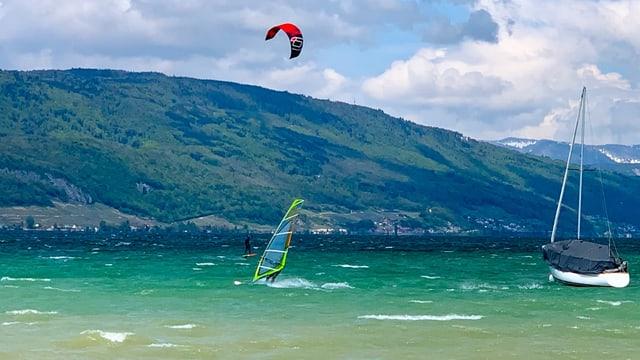 Surfer und Segler auf dem stürmischen Bielersee.