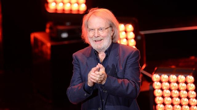 Benny Andersson von Abba auf einer Bühne im blauen Anzug.