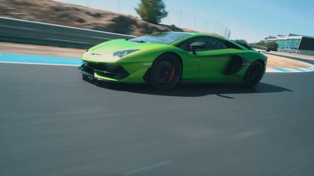 Lamborghini Aventador SVJ in Fahrt.