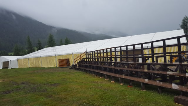 La tenda da festa e la tribuna da la festa da lutga grischuna glarunaisa a S-chanf.